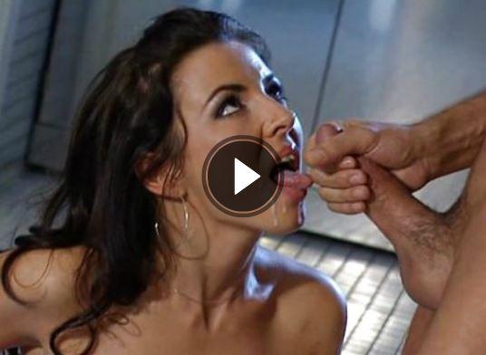 Brünette Frau bettelt ums Sperma
